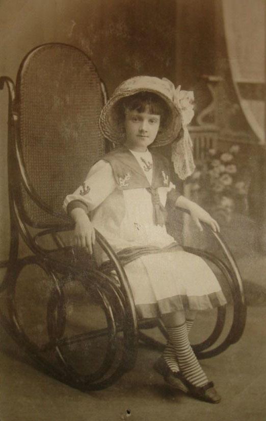 На фото антикварное венское гнутое кресло-качалка