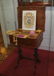 Столик для рукоделия, эскиз счетной вышивки, пяльцы на струбцине